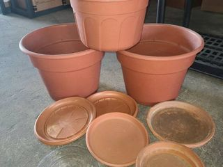 Plastic Flower Pots 14 and 12 in with Assorted Plastic and Clay Saucers
