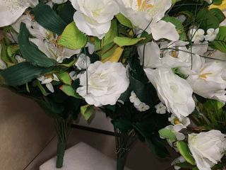 2 BUNDlES OF WHITE FAUX FlOWERS