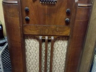 Antique Philco Radio  turns on  needs work