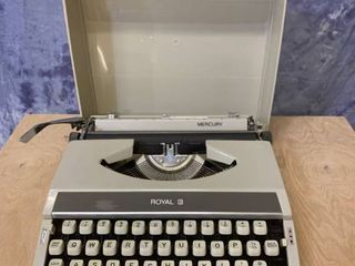 Vintage Royal Mercury Portable Manual Typewriter   Good Condition  Works Well