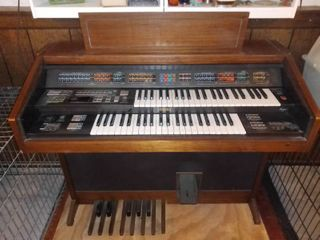 Beautiful Vintage Yamaha Two Sets Of Keys Organ With Bench That Has A Storage Cubby Tested And Working