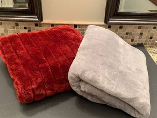 Set of two throw blankets