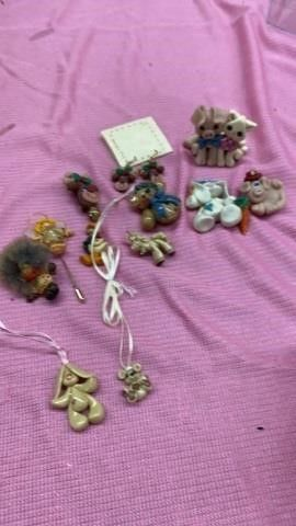 ASSORTED FESTIVE JEWElRY AND FIGURINES