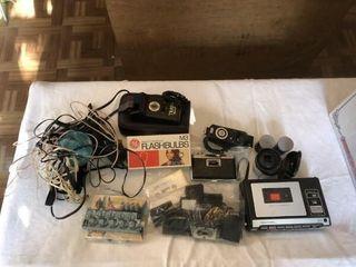 Vintage 35 mm Canon camera w  extra lense