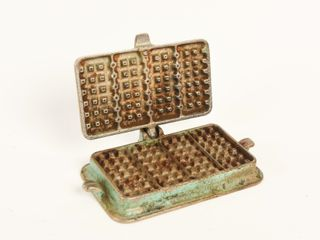 ARCADE CAST IRON CHIlD S WAFFlE IRON