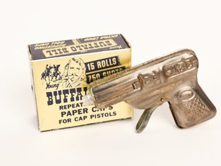 ABC TIN PISTOl   REPEATING BUFFAlO BIll CAPS  BOX