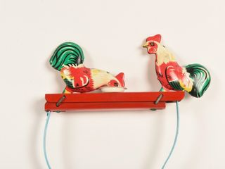 ROOSTER   HEN TIN lITHO TOY ON METAl BAND