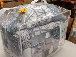 Reversible Queen comforter with pillows