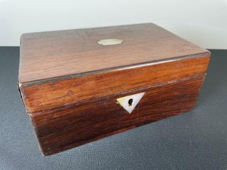 ANTIQUE WOODEN JEWElRY BOX