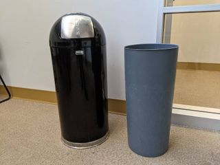 Rubbermaid Trashcan With liner