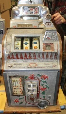 1929 Mills Poinsettia Slot Machine