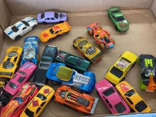 20 ASSORTMENT OF HOT WHEElS AND OTHER VEHIClES