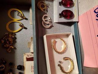 Small ladies jewelry box w earrings ladies