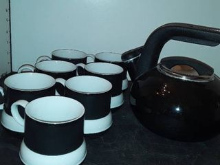 KITCHEN AIDE TEA KETTlE and 7 Mugs