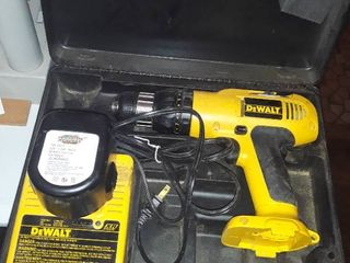 DEWAlT CORDlESS 12V  DRIll with CHARGER and Carry Case
