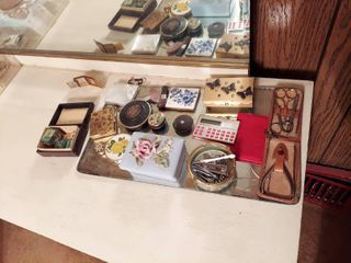 Assorted Vanity Items   Dresser Jars and Compacts