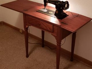 Antique Singer Sewing Machine in Wood Cabinet   25 x 17 x 31 in  tall closed   works