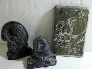 SOAPSTONE 1977 PlAQUE AND 2 WOlF SCUlPTURES