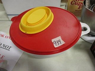 Tupperware 32 Cup Bowl w lid