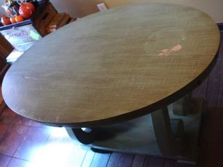 DISTRESSED ROUND TABlE W CURVED lEGS   BASE