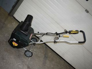Yardworks Electric Snowblower  works