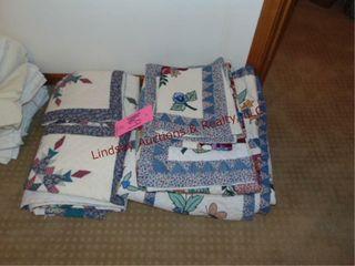 2 Quilt   5 pillow shams   quilt approx 68  x 86