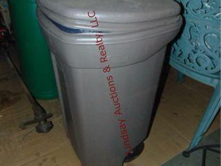Plastic rolling trashcan