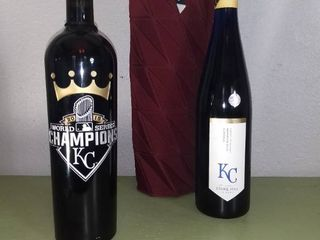 lot Of 3  2 Bottles Of Wine Unopened  BUIlT Wine Bottle Coozy  KC 2015 World Series Champions Wine  KC Stone Hill Winery   KC 2015 World Series Champions