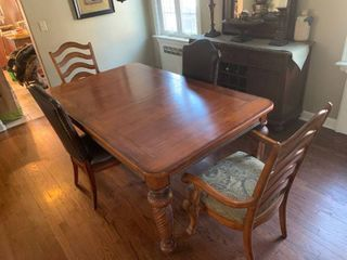 Hickory White Dining Room Table W  4 Chairs  amp  leaf