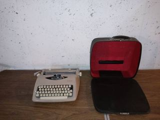 Beautiful Vintage Royal Parade Typewriter In Pristine Condition With Case