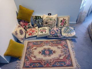 Nice lot Of Small Decorative Pillows With A Small Rug