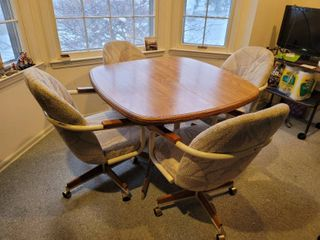 Douglas Furniture Veneer Top Kitchen Table   4 Chairs on Casters