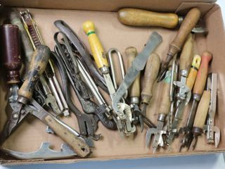 lARGE GROUP OF ASSORTED BOTTlE OPENERS