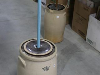 8 GAllON CROCK WITH lID AND WOOD CHURN