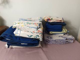 Small lot of Miscellaneous Kitchen linens   Floral Patterned Table Cloths with Matching Cloth Napkins and Place Settings
