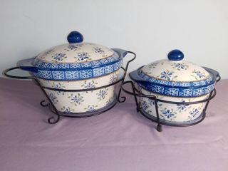 lot Of 2 Temptations Presentable Ovenwear By Tara Ceramic Dishes With lids   W  Metal Dish Holders   White And Blue Floral Design