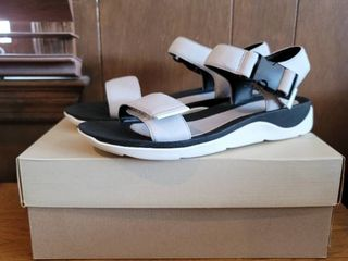 Clark s Woman Size 9 light Grey and White leather Sandals