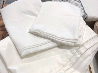 Queen fitted sheet set and 2 pillows cases