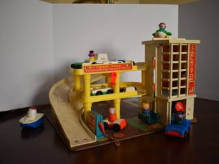 Vintage Fisher Price Parking Ramp Service Center   Includes 8 Vehicles and 4 People