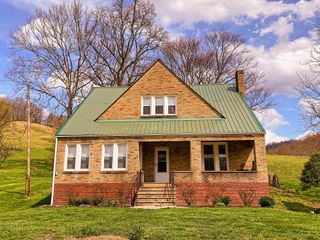 The �Hall House� Updated 4 Bedroom Farmhouse