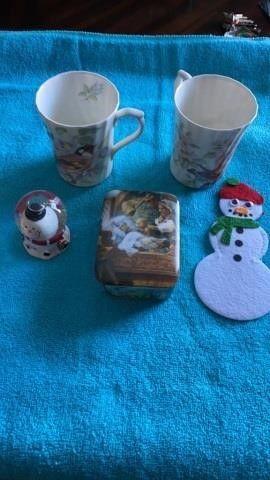 SNOW GlOBE   SANTA  2 ENGlISH CUPS AND MUSIC BOX