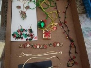 HOlIDAY NECKlACE AND EARRINGS SET  NECKlACES