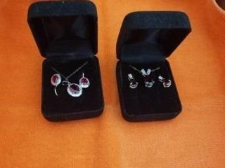2 NECKlACES AND EARRINGS SET