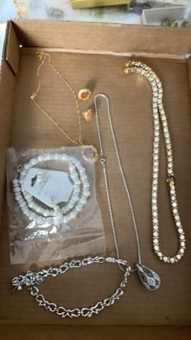 SETS OF EARRINGS AND NECKlACES