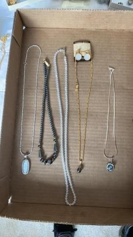 5 NECKlACES AND SET OF EARRINGS