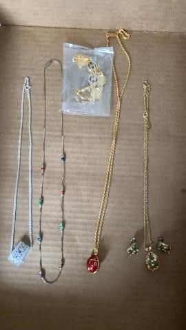 NECKlACES  SET OF EARRINGS AND CHANEl BRACElET