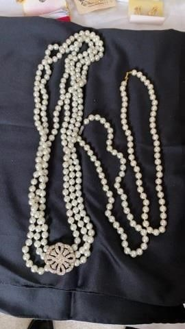 3 SETS OF PEARl NECKlACES