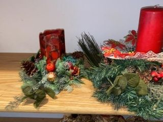 2 CHRISTMAS WREATHS AND CANDlES