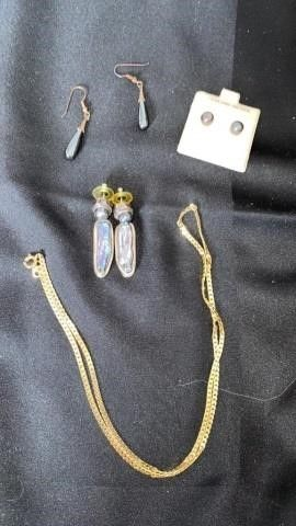 3 SETS OF PIERCED EARRINGS AND CHAIN