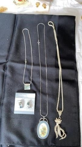 3 NECKlACES   1 HAS EARRINGS